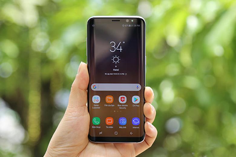 mặt lưng và màn hình của Galaxy S8 đều được làm bằng kính và được phủ một lớp chất nền nhựa