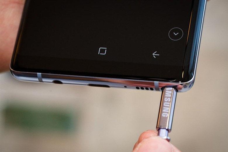 So với người tiền nhiệm Galaxy Note 5 và Note 7 thì S-pen trên Galaxy Note 8 sở hữu nhiều tính năng vượt bậc hơn.