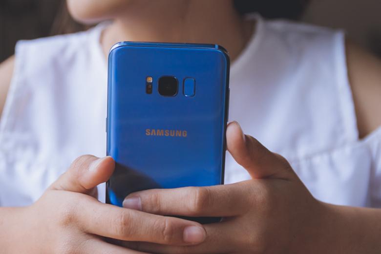 Về tổng thể, Galaxy S8 Plus được hoàn thiện từ bộ khung kim loại cùng hai mặt kính bóng bẩy.