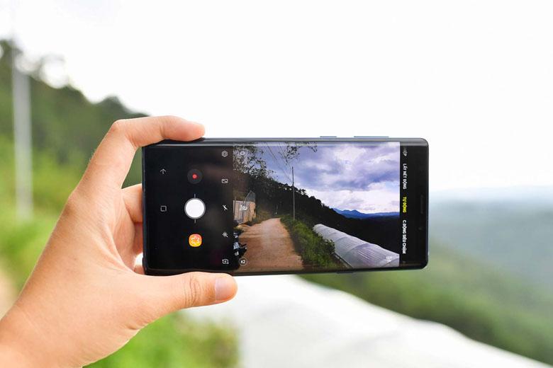 Tương tự như Galaxy S9, camera kép 12MP trên Note 9 128GB có khả năng thay đổi 2 khẩu độ f1.5 hoặc f2.4.