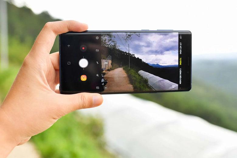 Samsung đã bổ sung thêm trí tuệ nhân tạo AI cho chức năng nhận diện cảnh chụp để tự động điều chỉnh thiết lập phù hợp cho camera.