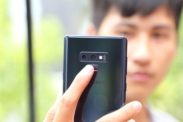 đây là thiết bị đầu tiên cho phép camera với 2 khẩu độ có thể thay đổi được như 1 máy ảnh thực thụ