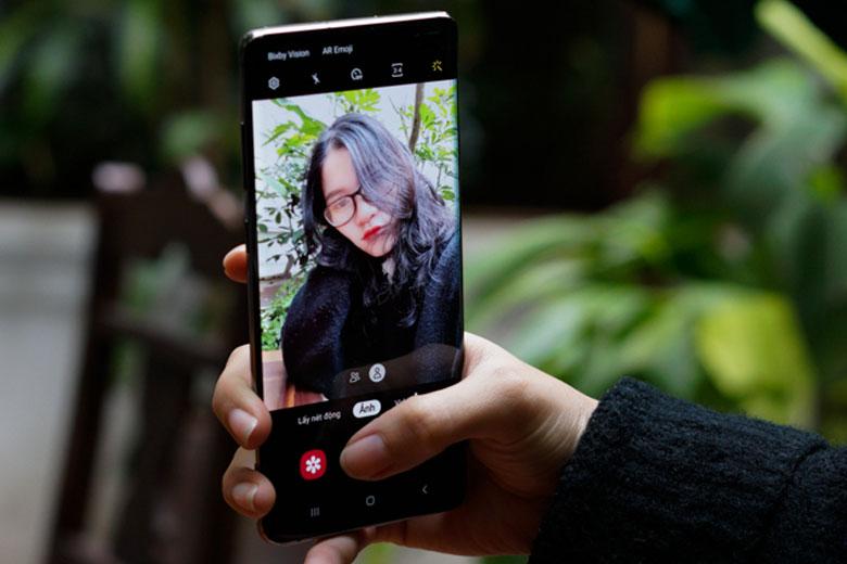 Ở mặt trước, camera selfie kép bao gồm hai cảm biến 10MP và 8MP