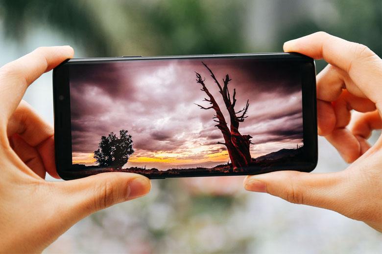 Galaxy S9 Plus cũ Mỹ sử dụng màn hình vô cực, tỉ lệ 18,5:9 cùng kích cỡ 6.2 inch tương tự Galaxy S8 Plus