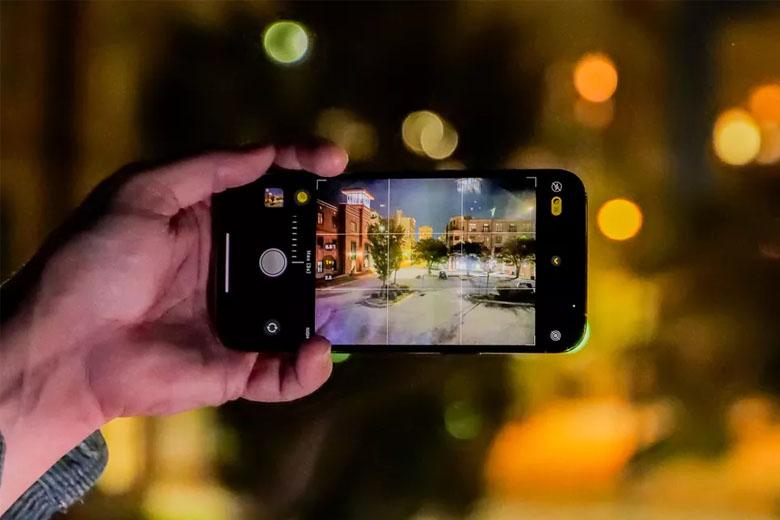 Mặt sau điện thoại là cụm 3 camera với chung độ phân giải là 12MP.