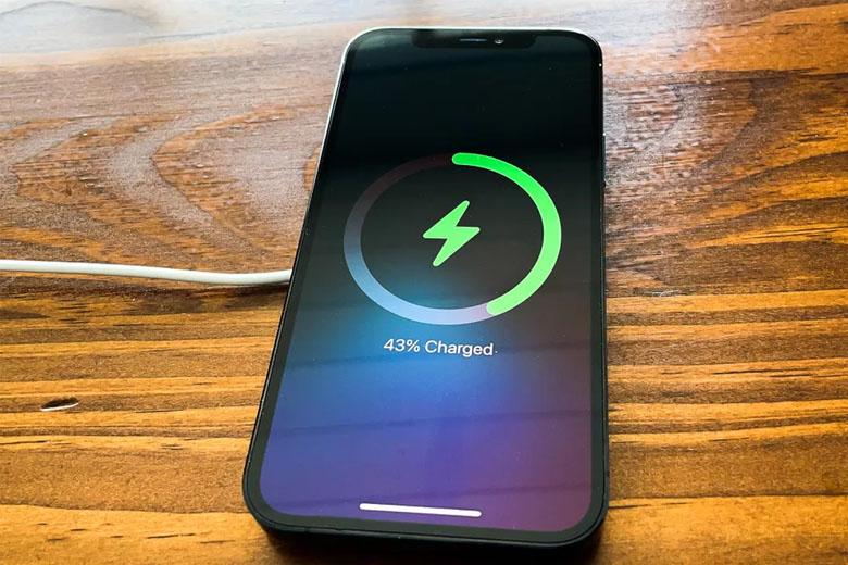 Thỏi pin 2.815 mAh sẽ kéo dài thời gian hoạt động của iPhone 12 Pro 256GB (VN/A) trong khoảng 8 giờ